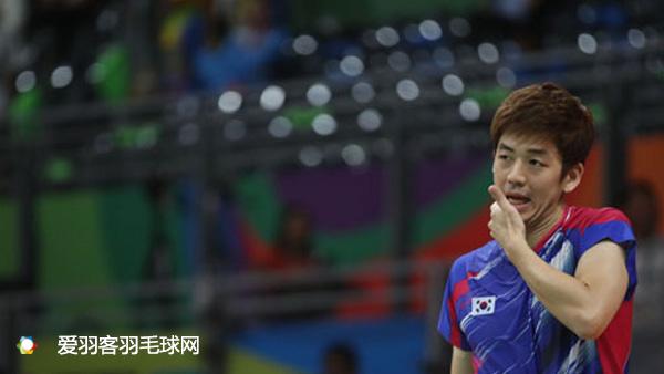 韩媒称,李龙大正有意到海外打球,但现在还没有确定具体是哪一支俱乐部。有可能是中国、马来西亚或是印尼等国的联赛。据悉,目前已有多支海外俱乐部向李龙大伸出了橄榄枝,但李龙大尚未做出最后的选择。 报道称,里约奥运会结束后,除了李龙大,韩国羽毛球队多名主力都表达了退役的想法。包括柳延星、裴延珠、金沙朗等人。可以预计,韩国队将面临一次全面的新老交替。