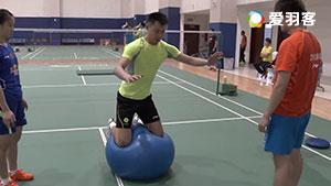 为提高平衡性,徐晨冬训挑战瑜伽球
