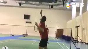 厉害了我的哥!用羽毛球拍杆打球!