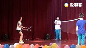 超搞笑羽毛球小品,美女两个球拍换着打