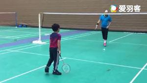 老爸教儿子打羽毛球,隔壁场的看傻眼了