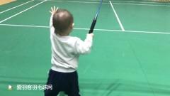 小羽一周岁上球场打球,这握拍像超级丹吗?