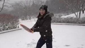 听说下雪天,美女和羽毛球最配哦~