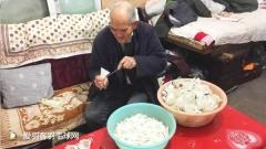 20年修复5万个废弃羽毛球,老人只为捐助贫困小孩