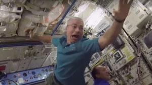 宇航员首次在太空打羽毛球!感受下X万米的击球点...