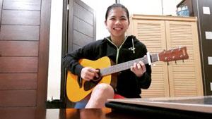 好听!印尼女双选手波莉吉他弹唱,哎哟不错哦