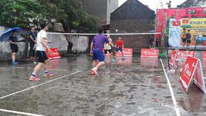 看看越南人有多爱羽毛球?下雨天在水泥地打球,还玩跳杀!
