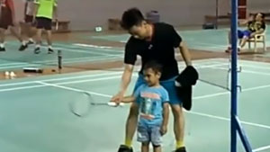 从娃娃抓起!苏卡穆约教艾哈迈德小孩打球