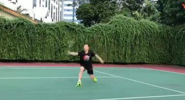 王子维网球场练步伐,皮这一下开心吗?