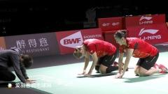 韩国女双福州赛夺冠,向教练下跪行大礼