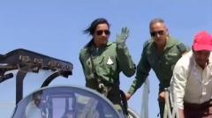 """厉害了!辛德胡变身""""女兵"""",驾驶战斗机飞行创历史"""