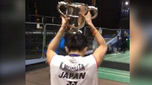 桃田贤斗拿着奖杯高兴的像个一百多斤的孩子!