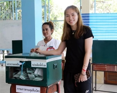 泰国举行大选,因达农到选举站投票