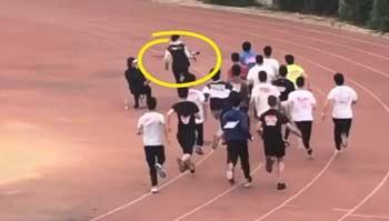摄影师狂奔竟比赛跑运动员还快,原来他是羽毛球运动员
