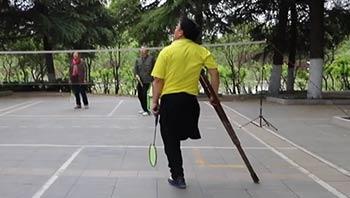 独腿修鞋匠大叔酷爱羽毛球,曾3次获江苏省第一