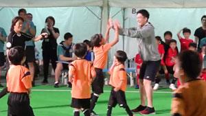 桃田賢斗出席慈善足球教室活動,這跑動我覺得可以!