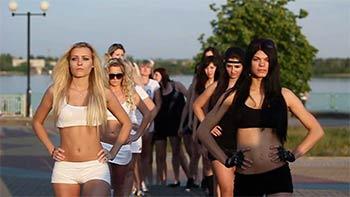 性感又有創意的羽球宣傳片:金發女郎PK黑發美女