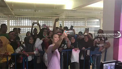 雅思组合夺冠,印尼女粉丝尖叫求合影!