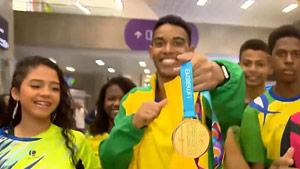 巴西伊戈尔泛美运动会夺首冠与家人机场狂欢!