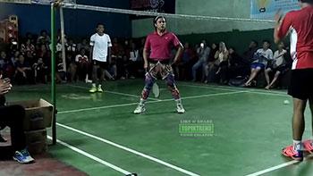 骚气冲天!这人打羽毛球太魔性了,简直辣眼睛!