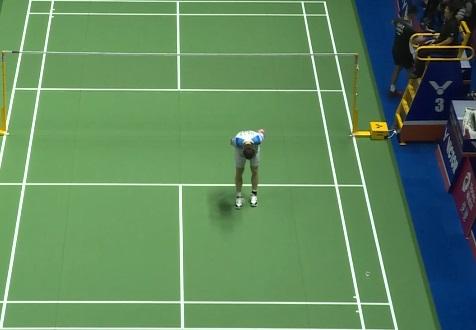 石宇奇跛脚坚持打完比赛,赛后向观众鞠躬致歉