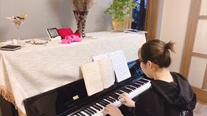 秒變文藝女青年,賈一凡鋼琴演奏《我和我的祖國》