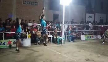 这一定是高手!用乒乓球拍打羽毛球比赛,还能跳杀!