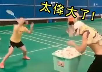 这位教练的喂球有点特别,女学员笑到崩溃