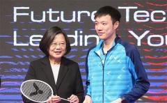 王子維贈送球拍給蔡英文,首次參加總決賽