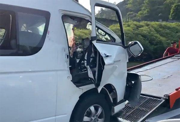 桃田乘坐商务车车头已被压扁,挡风玻璃粉碎