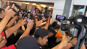 桃田贤斗机场露面遭媒体蜂拥围堵