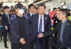 桃田感謝教練關心 在機場向150記者鞠躬致謝