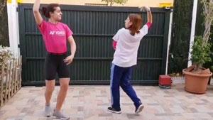 童子功还在,马琳在家隔离与家人跳起来传统舞蹈!