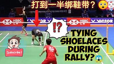 比赛中换球拍看得多了 贾一凡居然蹲下绑鞋带?