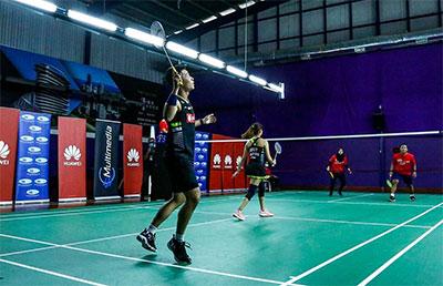 放弃国际赛后 陈炳顺和娘娘隔网而立打表演赛