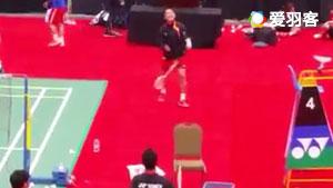 加拿大赛桃田贤斗热身,拿凳子当球网