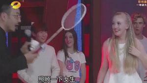 千玺和小姐姐打羽毛球,一旁的盖德鲍春来笑了