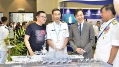 未来将从政?李宗伟着军装亮相亚洲防务展