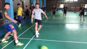 马来西亚赛前踢球热身,也是没什么技术疯跑?
