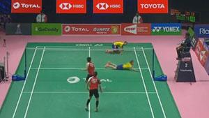 尤杯丨马来西亚小将吴亚青鱼跃救球,滑出刹车线!