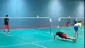 美国公开赛抢分,林丹热身场边做俯卧撑