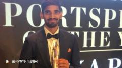 斯里坎特获年度最佳运动员,西装革履帅气领奖