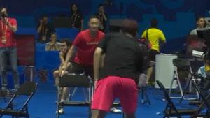 探营世锦赛国羽赛前训练,张楠和队友隔着凳子练平抽