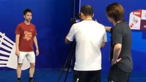 摄影师录制视频,苏卡穆约抖腿恶搞哈哈哈哈
