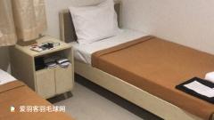 国羽队员抵达印尼,这么小的床193cm的刘雨辰怎么睡?