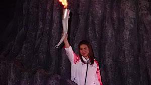 雅加达亚运会开幕!羽球天后王莲香点燃圣火